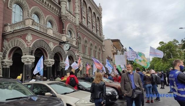 Под Нацбанком протестуют обманутые инвесторы