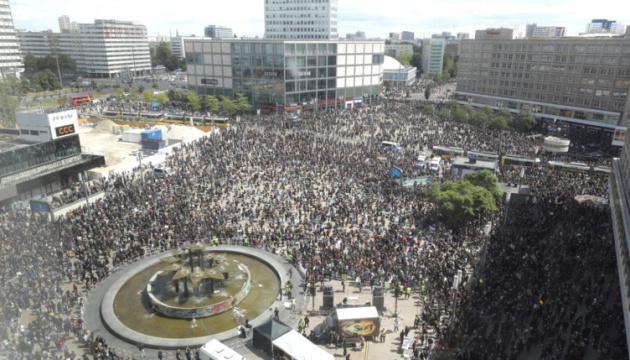На антирасистские протесты в Германии вышли десятки тысяч людей