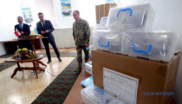 Маски й лікарські костюми: військовий госпіталь отримав допомогу від Польщі