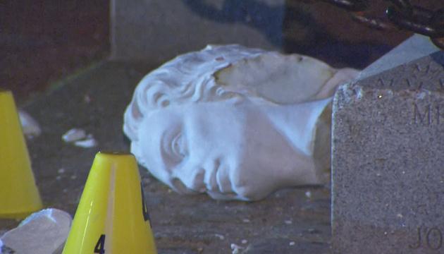 У США учасники протестів почали трощити статуї Колумба