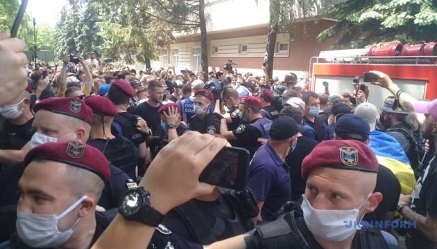 Справа Стерненка: поліція вивела з двору суду працівників