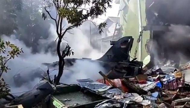 В Індонезії розбився винищувач, пілот катапультувався