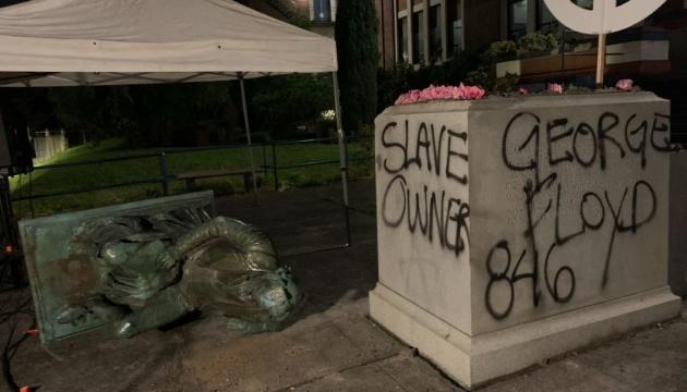В США протестующие повалили памятник президенту Джефферсону