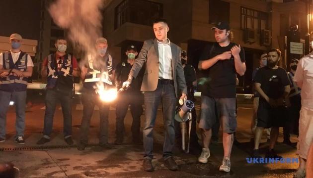 Стерненко та активісти запалили фаєри під будинком Зеленського