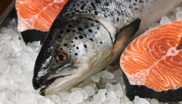 Китай бойкотує імпортний лосось через новий спалах COVID-19