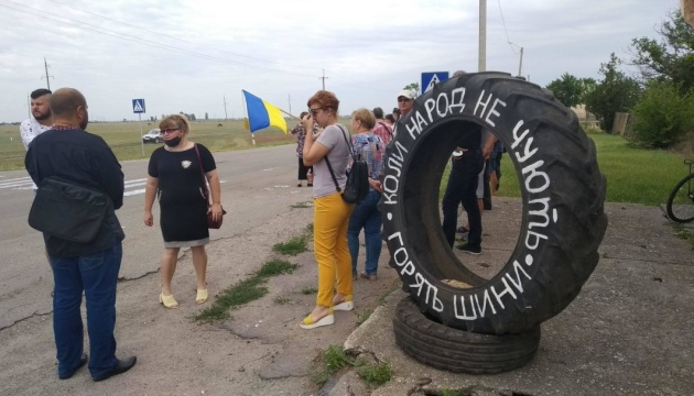 Незгодні з новим планом ОТГ перекривали дорогу у Новотроїцькому районі Херсонщини