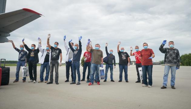 14 marineros llegan a Ucrania tras tres años de prisión en Libia