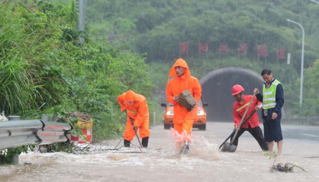 Через повінь у Китаї евакуювали 10 тисяч осіб