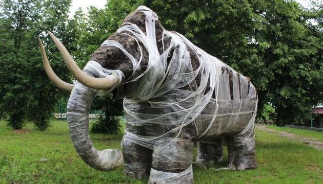 На Вінниччині з'явився мамонт, який ревітиме за гроші