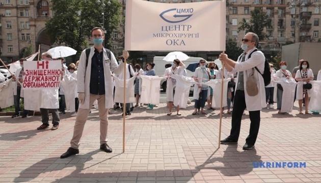 Protesta de médicos cerca del Ayuntamiento de Kyiv