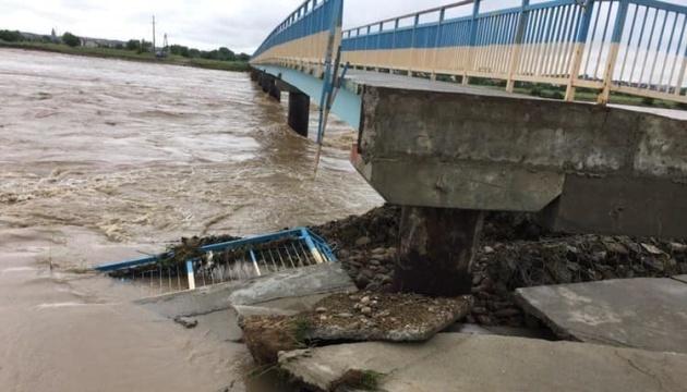 Біля Калуша повінь знесла частину моста, який лагодили 7 років