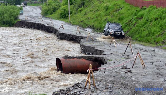Паводок на Заході України: підтопленими залишаються 1,3 тисячі будинків