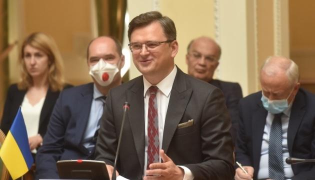 """Кулеба сподівається, що президенти Франції та РФ говоритимуть про зрушення у """"Мінську"""""""
