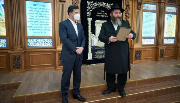 Зеленський відвідав у Херсоні синагогу, яку намагалися підпалити