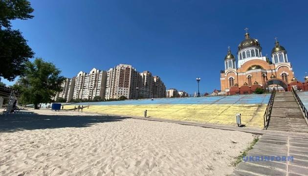 На Оболоні активісти відновили кримськотатарський і український прапори