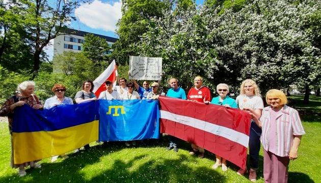 В Ризі відсвяткували День кримськотатарського прапора