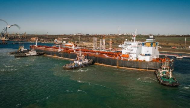 В Україні розвантажують п'ятий танкер із нафтою для Білорусі