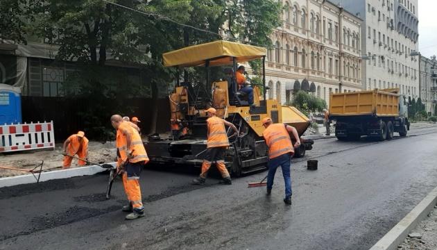 Асфальт і бордюри: 33 столичним вулицям провели