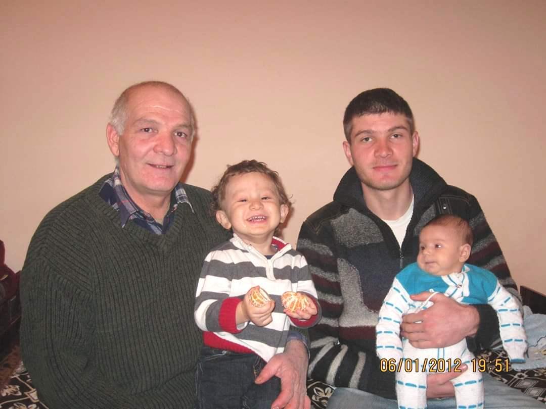 Салединов с отцом Дилявером и детьми
