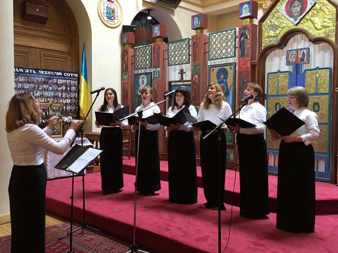 Представники української громади у Парижі читали вірші Ліни Костенко