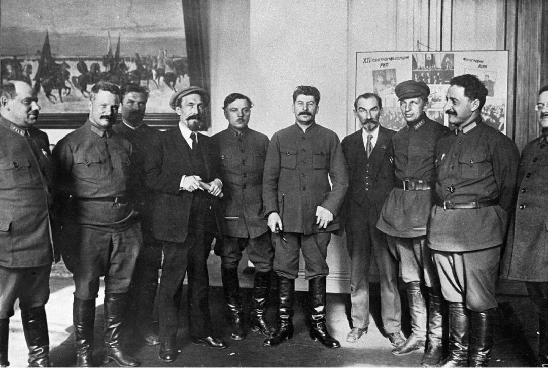 XIV партконференція,_ Микола Скрипник праворуч Йосипа Сталіна_ Москва, квітень 1925 р.