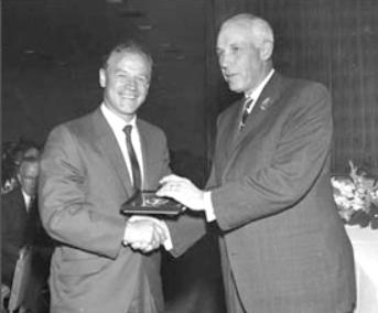 Білла Мосієнка вводять у Зал хокейної слави, 1965 р.