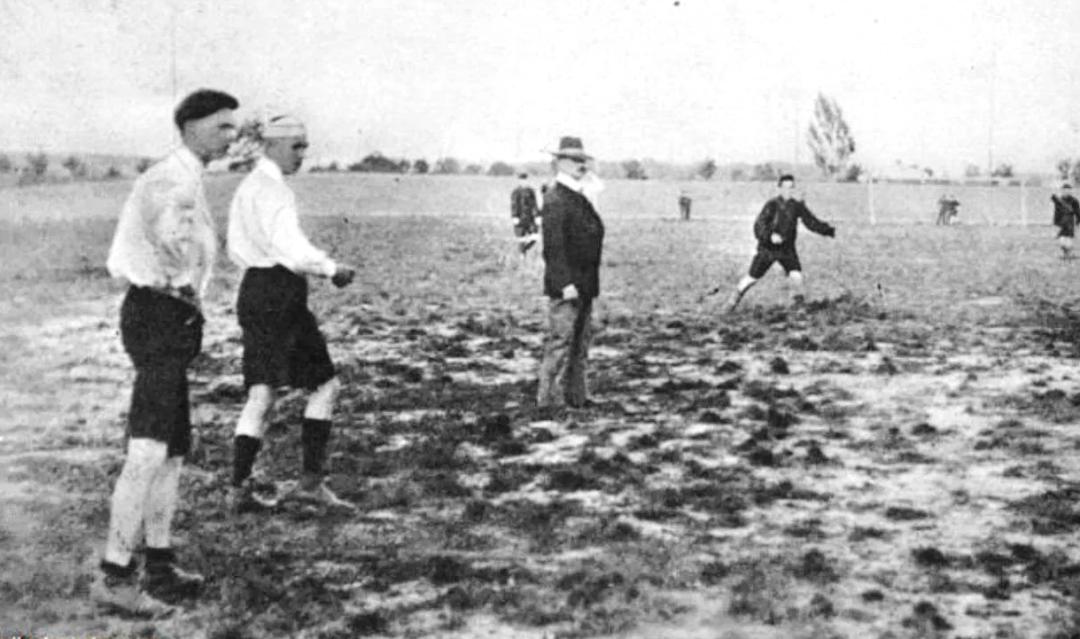 один з перших футбольних матчів на теренах Стрийського парку.
