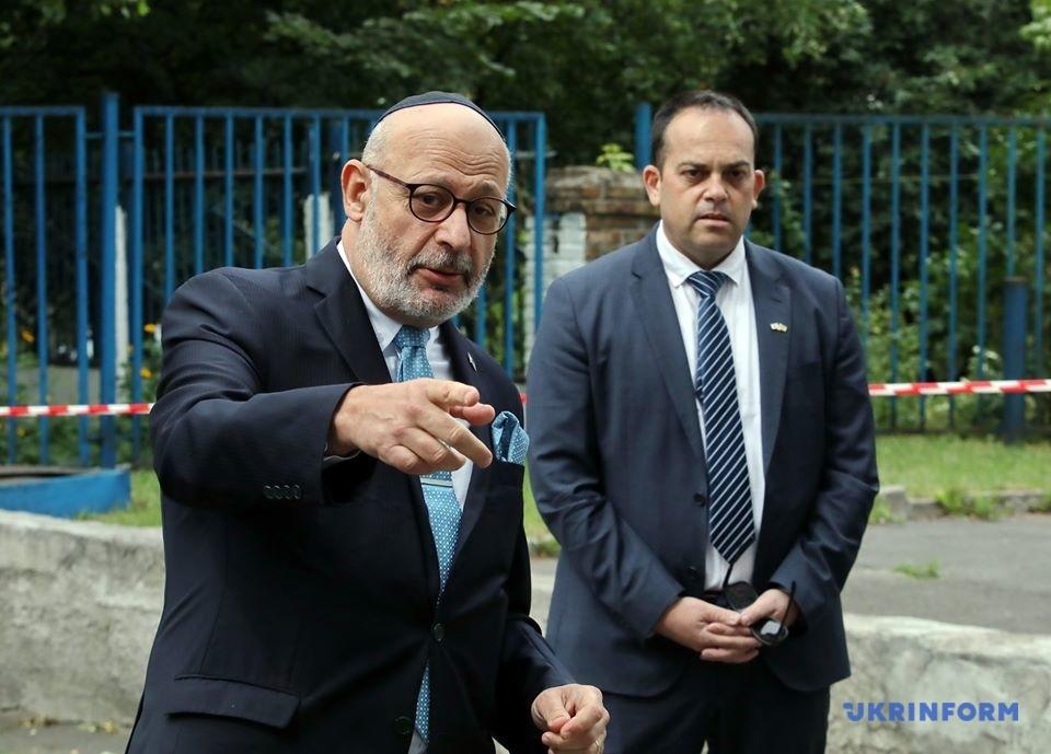 Надзвичайний і Повноважний Посол Ізраїлю в Україні Джоель Ліон та його заступник Йоав Бистрицький (позаду)