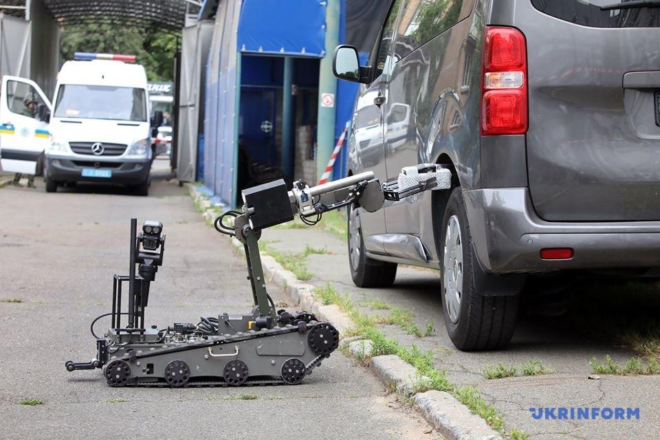 Суперробот AllenVanguard дістає РСВП з переднього лівого колеса