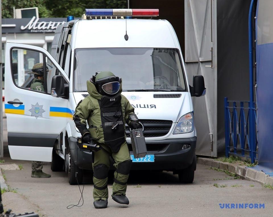 Під посольство прибула чергова група спеціалістів-вибухотехніків на пересувному вибухотехнічному комплексі
