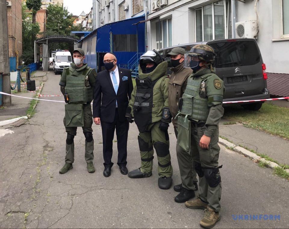 Спільне фото посла Ізраїлю Джоеля Ліона з черговою групою спеціалістів-вибухотехніків