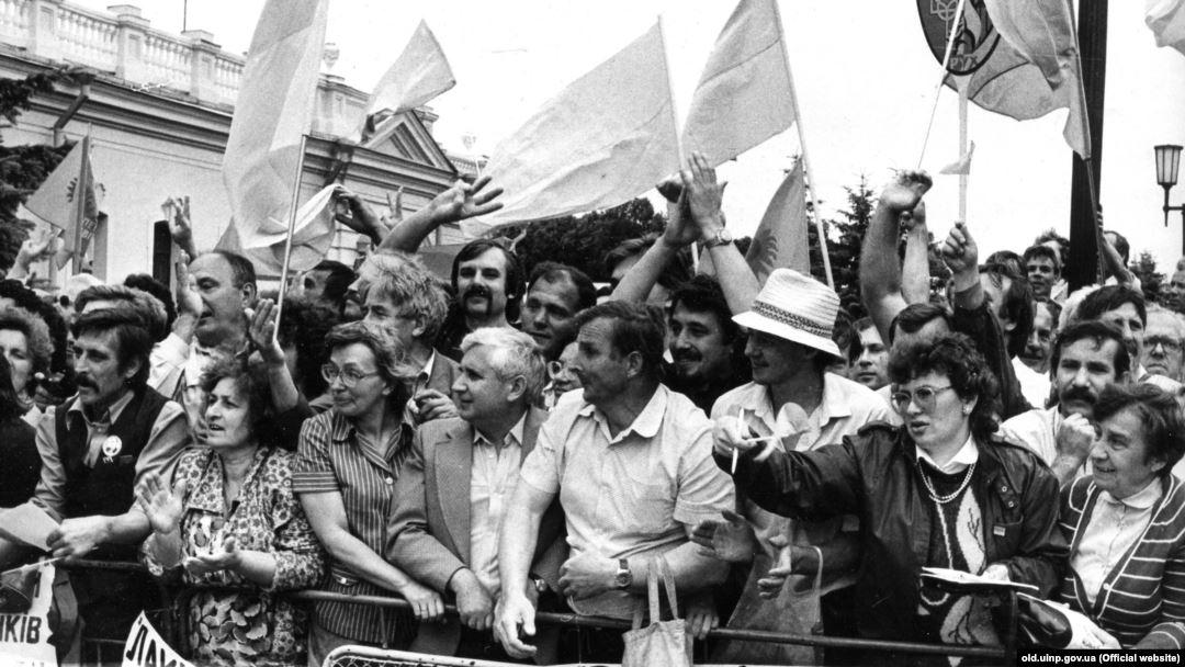 Мітинг біля Верховної Ради під час ухвалення Декларації про державний суверенітет України. Київ, 16 липня 1990 року