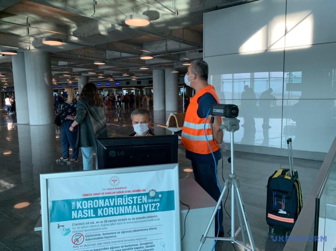 Працівники аеропорту Даламан слідкують за температурою прибуваючих пасажирів