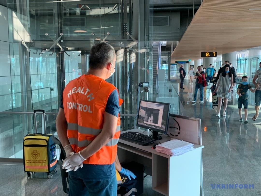 Камери для вимірювання температури пасажирів у аеропорту міста Даламан
