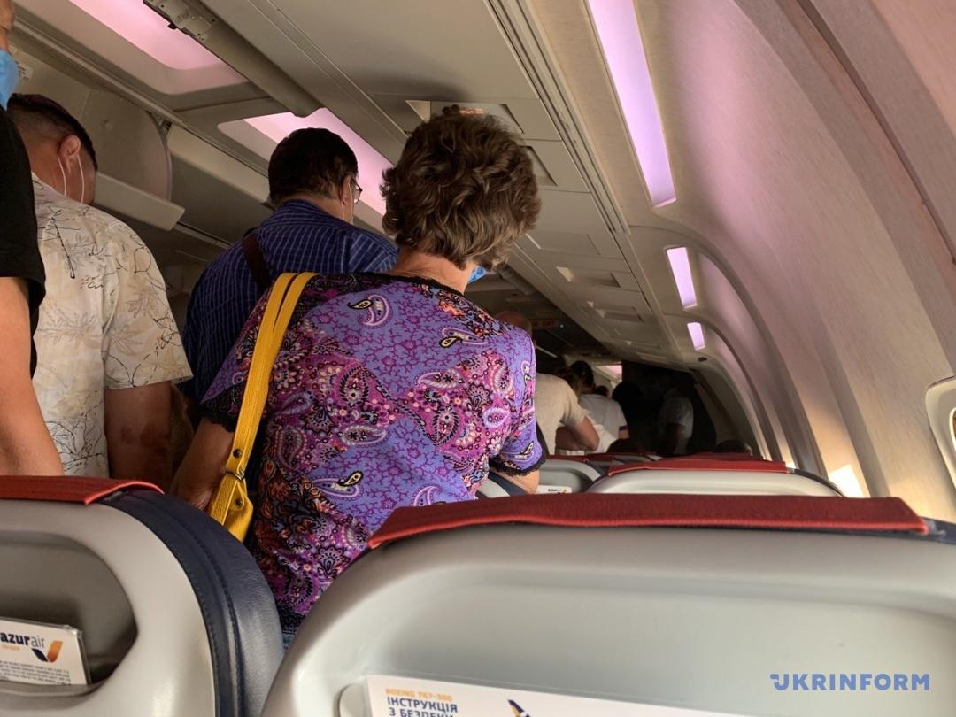 Пасажири літака «Київ–Даламан» займають свої місця у салоні