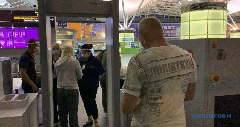 Проходження контролю на вході до аеропорту Бориспіль