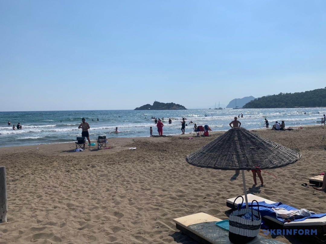 Пляж біля курортного містечка Мармарис