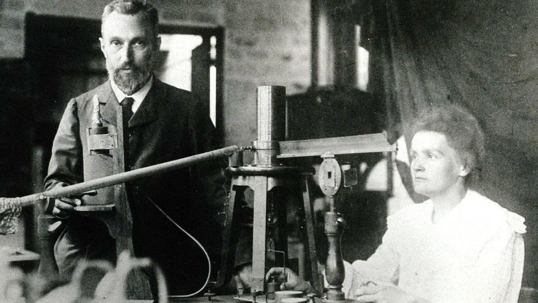 П'єру та Марі Кюрі разом працюють у лабораторїї