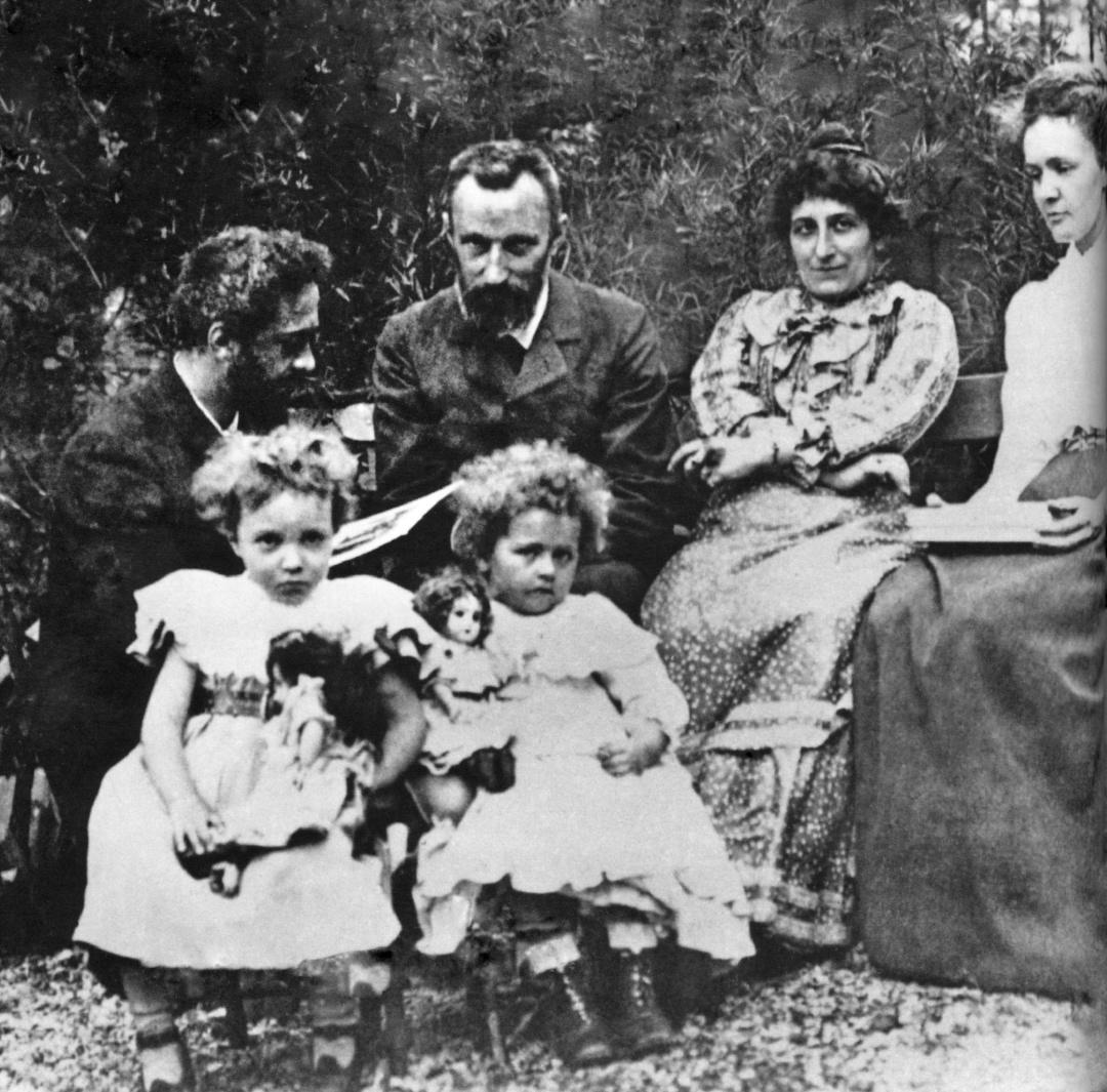 Марі та П'єр Кюрі з донькою Яриною та Жаном та Генрієттою Перрін з їхньою дочкою Аліною, 1900 р.