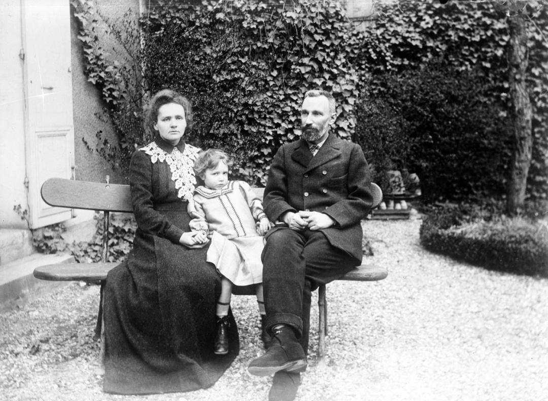 Марі та П'єр Кюрі  з дочкою Іран
