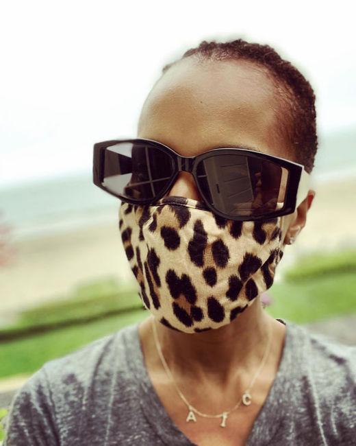 Одноразова, «скляна» чи маленька чорна: Селебріті в масках
