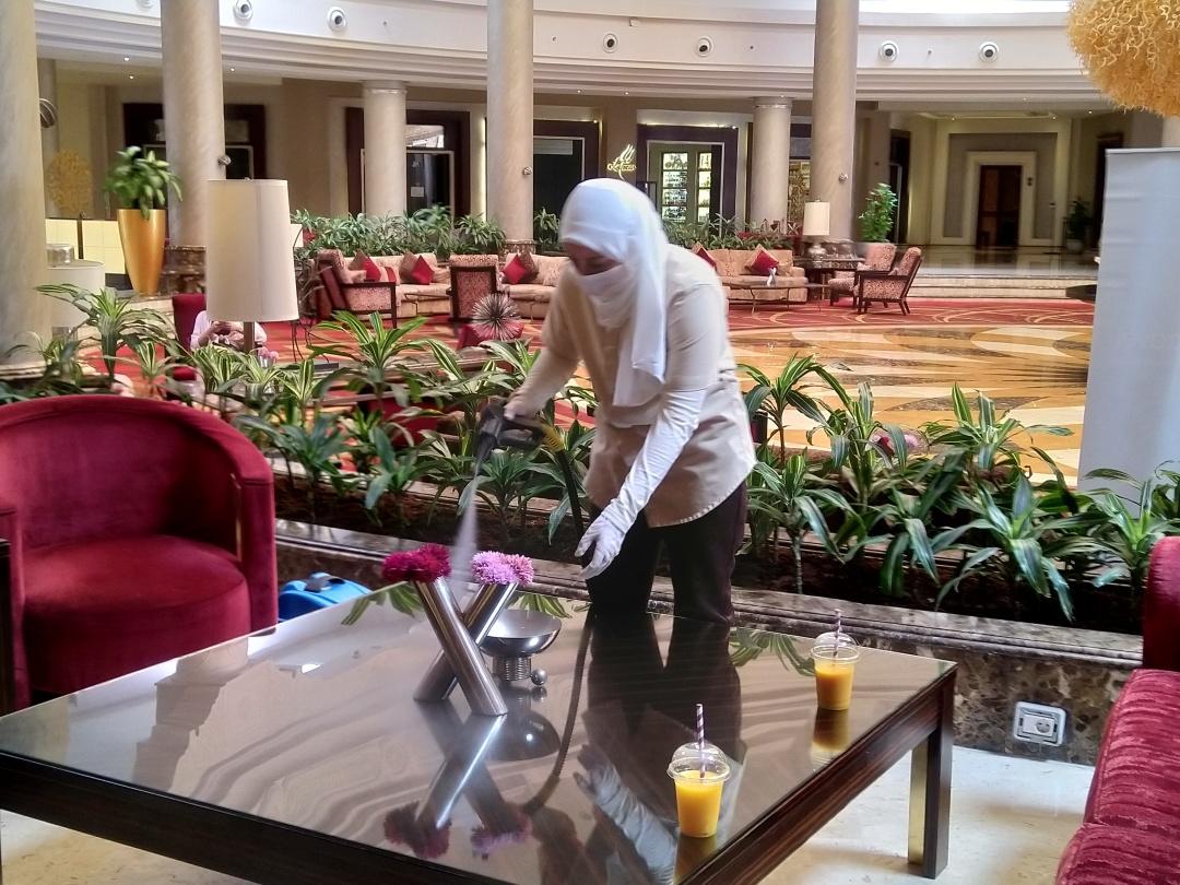 Працівниця ретельно дезинфікує холл та рецепшн єгипетського готелю