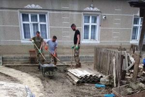 Військові допомагають ліквідовувати наслідки повені на Закарпатті та Буковині
