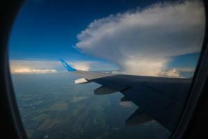 США радить своїм авіакомпаніям бути особливо обережними під час польотів над Україною