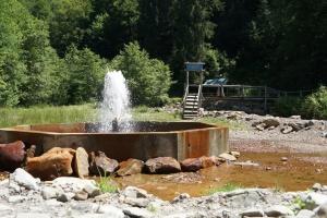 Возле единственного в Украине минерального гейзера обустроили зону для отдыха