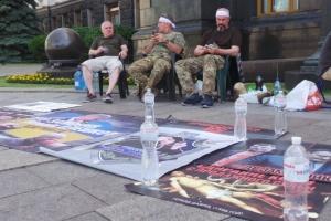 Товариші вбитого ветерана АТО Сармата припинили голодування біля ОП