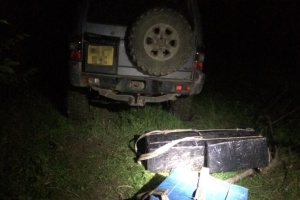 На Буковині контрабандисти під час втечі покинули позашляховик з ящиками сигарет