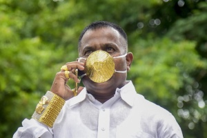 Коронамода: индийский бизнесмен приобрел маску из золота