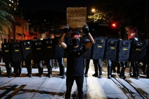 Тисячі людей у Бразилії протестують через ігнорування президентом пандемії
