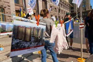 """Інвестори банку """"Аркада"""" мітингують під КМДА"""